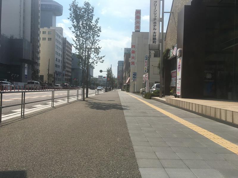 大分市昭和通り歩道(透水性脱色アスファルト舗装)