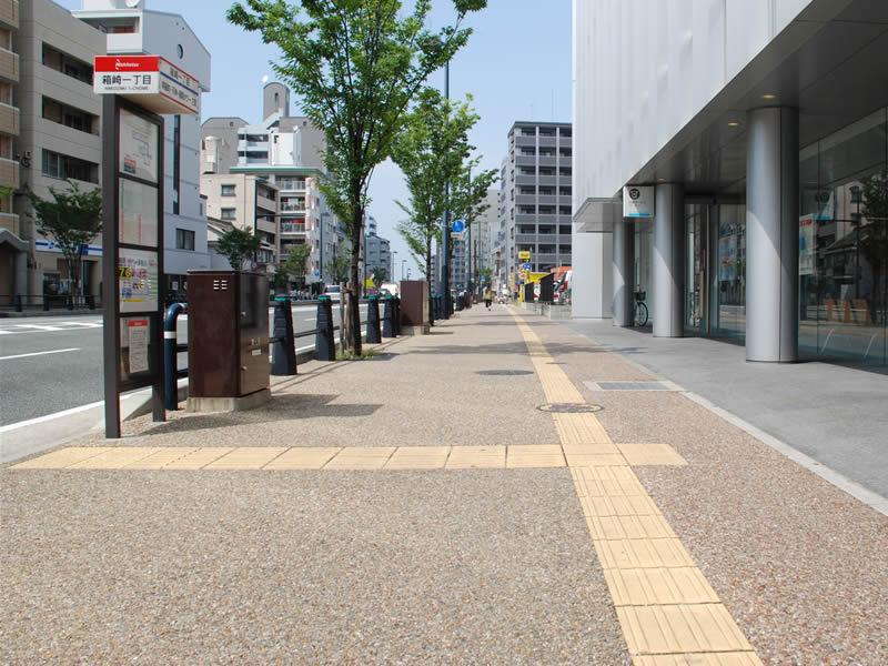 福岡市東区箱崎妙見通(透水性脱色アスファルト舗装)