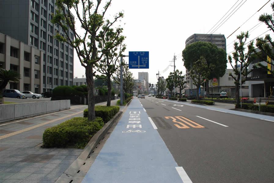 大分市自転車専用レーン(樹脂系滑り止め舗装・トップ付))