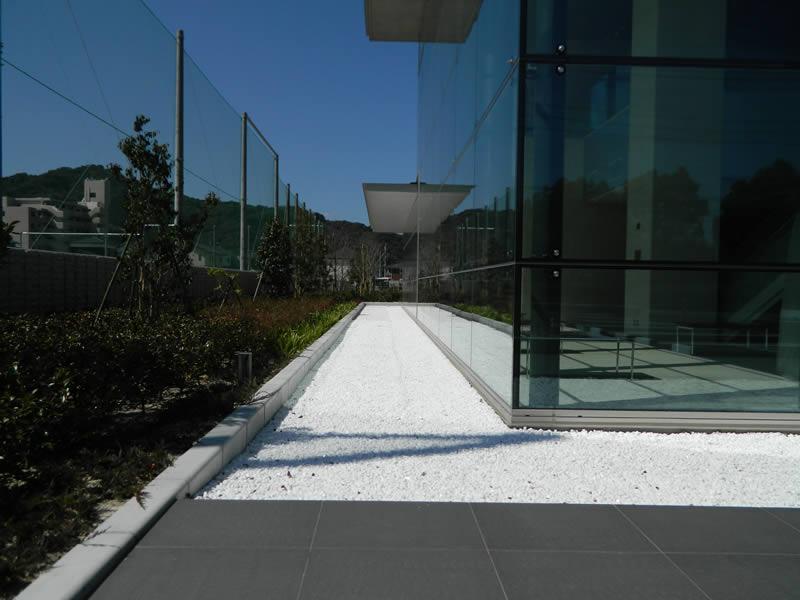 福岡県共同公文書館(敷き砂利舗装・洗出し仕上)