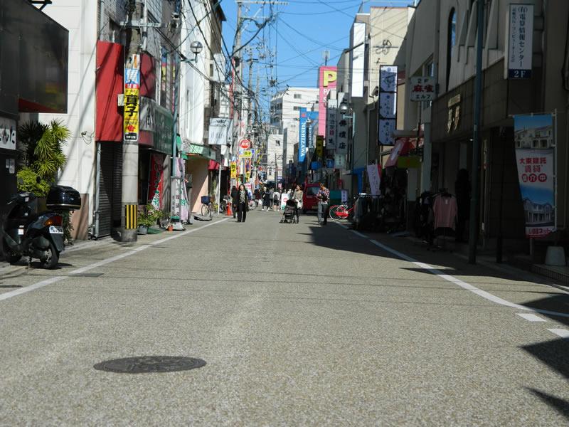 西新中央商店街(脱色アスファルト舗装)