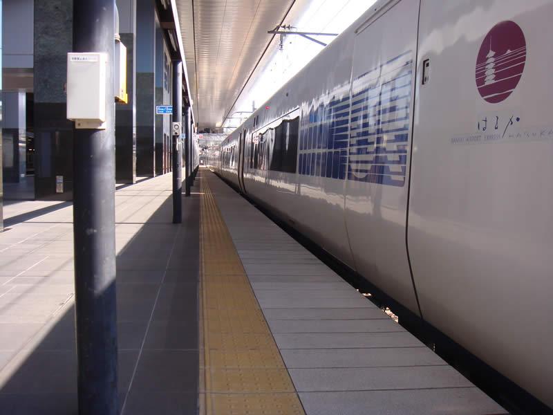 JR京都駅 関空のりば(特急はるかホーム)(敷き砂利舗装・洗出し仕上)